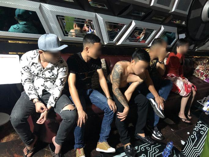 Phát hiện hàng chục người thác loạn tập thể trong karaoke ở quận Bình Tân - Ảnh 3.