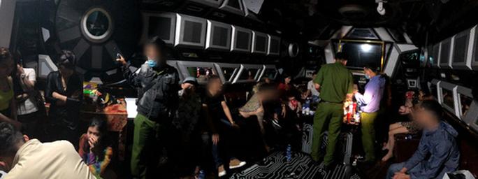 Phát hiện hàng chục người thác loạn tập thể trong karaoke ở quận Bình Tân - Ảnh 2.