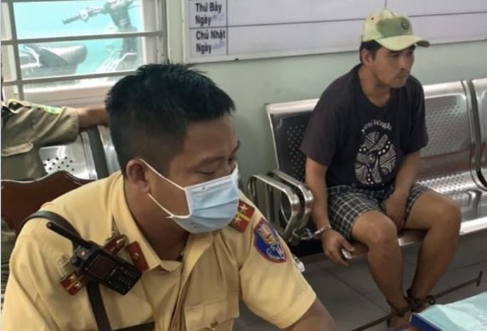 CSGT bắt cướp trước Bệnh viện Nhân dân Gia Định - Ảnh 1.