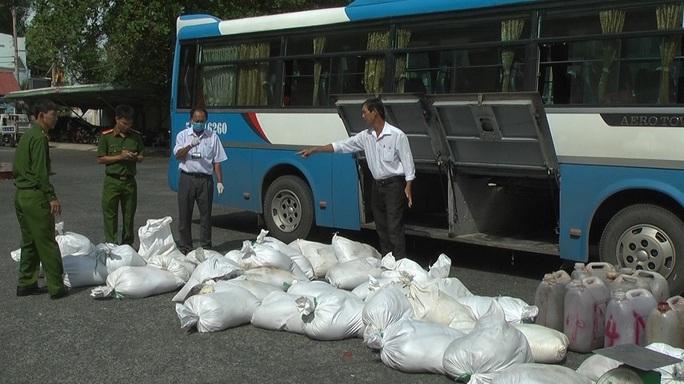 CLIP: Bắt quả tang xe khách vận chuyển gần 1.700 kg huyết heo không rõ nguồn gốc - Ảnh 2.