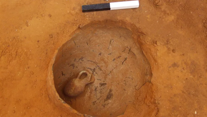 Mộ cổ 3.800 năm với người chết nằm trong bình lộ diện giữa thành phố - Ảnh 1.