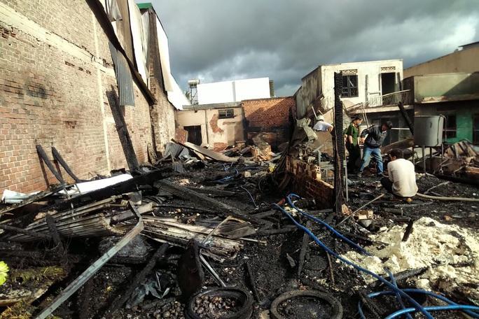Hỏa hoạn dữ dội khiến 4 căn nhà cháy rụi hoàn toàn ở Lâm Đồng - Ảnh 4.