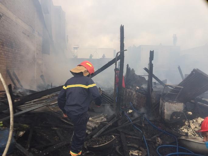 Hỏa hoạn dữ dội khiến 4 căn nhà cháy rụi hoàn toàn ở Lâm Đồng - Ảnh 3.