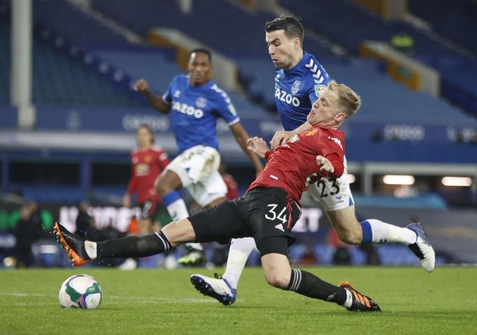 Cavani lập siêu phẩm loại Everton, Man United chờ chạm trán Man City ở bán kết - Ảnh 1.