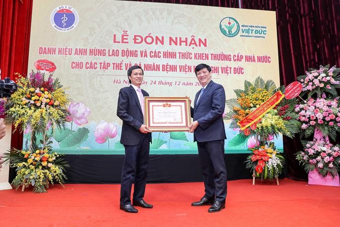 Giám đốc Bệnh viện Việt Đức nhận danh hiệu Anh hùng lao động - Ảnh 3.