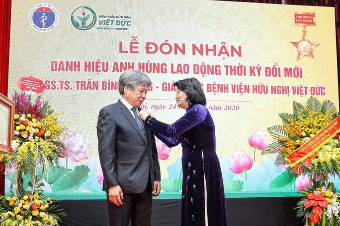 Giám đốc Bệnh viện Việt Đức nhận danh hiệu Anh hùng lao động - Ảnh 1.