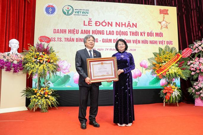 Giám đốc Bệnh viện Việt Đức nhận danh hiệu Anh hùng lao động - Ảnh 2.