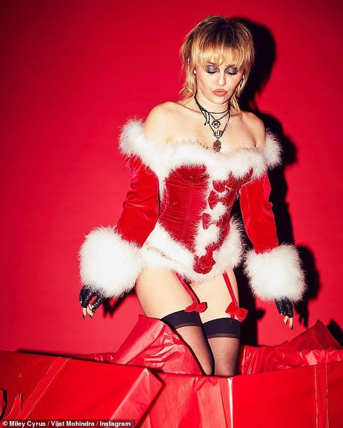 Miley Cyrus, Paris Hilton gây xốn mắt với trang phục Giáng sinh thiếu vải - Ảnh 2.