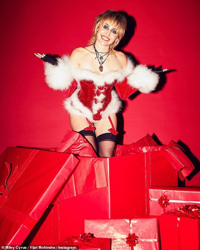 Miley Cyrus, Paris Hilton gây xốn mắt với trang phục Giáng sinh thiếu vải - Ảnh 4.