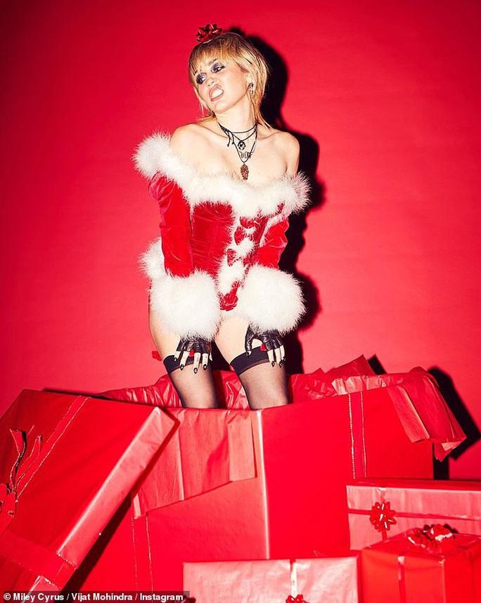 Miley Cyrus, Paris Hilton gây xốn mắt với trang phục Giáng sinh thiếu vải - Ảnh 3.