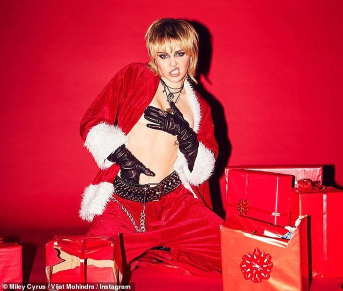 Miley Cyrus, Paris Hilton gây xốn mắt với trang phục Giáng sinh thiếu vải - Ảnh 8.