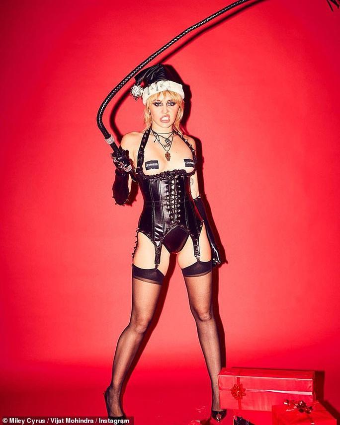 Miley Cyrus, Paris Hilton gây xốn mắt với trang phục Giáng sinh thiếu vải - Ảnh 9.