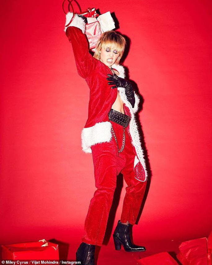Miley Cyrus, Paris Hilton gây xốn mắt với trang phục Giáng sinh thiếu vải - Ảnh 7.