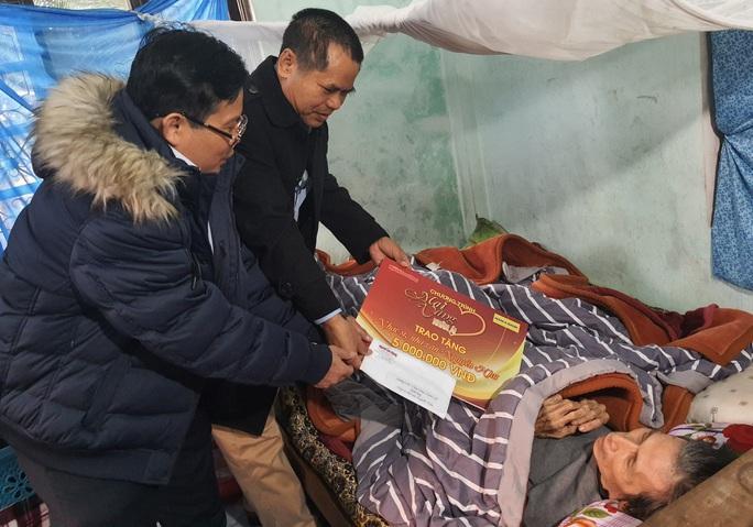Mai Vàng nhân ái thăm, tặng quà các văn nghệ sĩ ở Quảng Bình - Ảnh 1.