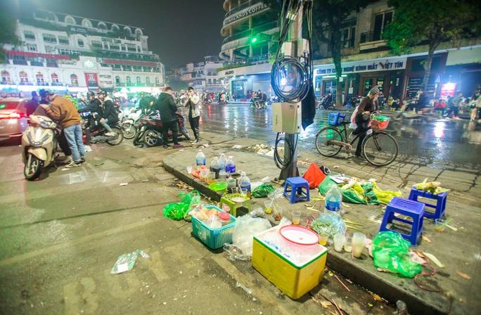 CLIP: Sau đêm vui chơi Giáng sinh là cảnh ngập rác ở phố đi bộ hồ Gươm - Ảnh 12.