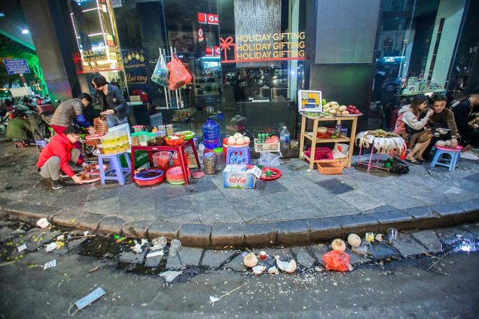 CLIP: Sau đêm vui chơi Giáng sinh là cảnh ngập rác ở phố đi bộ hồ Gươm - Ảnh 3.
