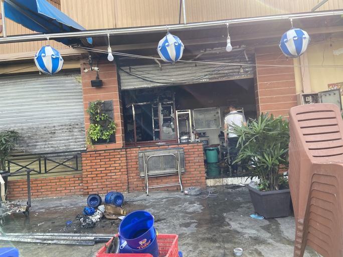 Công an phong tỏa hiện trường vụ nổ và cháy quán ăn ở quận 12 - Ảnh 1.