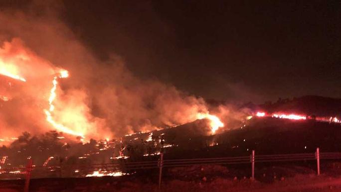 Cháy lớn vây chặt căn cứ thủy quân lục chiến Mỹ dịp Giáng sinh - Ảnh 1.