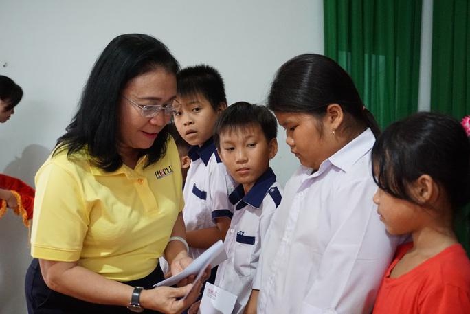 Trao 100 suất học bổng cho con em gia đình chính sách tại Đồng Tháp - Ảnh 1.
