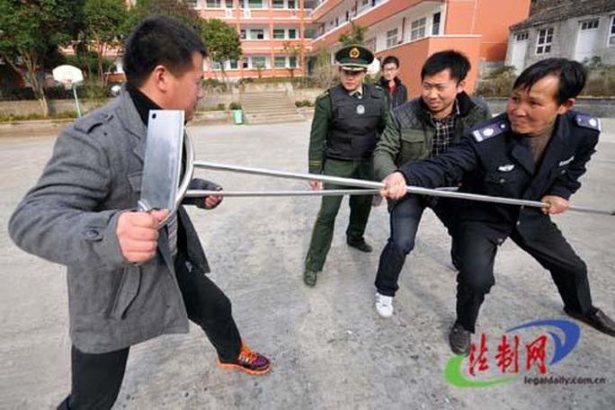 Trung Quốc: Cầm dao đâm chết 7 người bên ngoài phòng xông hơi - Ảnh 1.