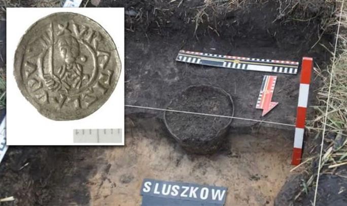 Đào bới cánh đồng, phát hiện kho vàng của công chúa thời Trung Cổ - Ảnh 1.