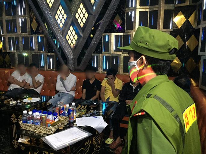 27 nam nữ phê ma túy trong quán karaoke ở Tam Kỳ - Ảnh 1.