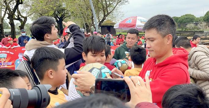 Công Vinh gặp bạn cũ Lê Văn Trương trong ngày truyền cảm hứng bóng đá ở Huế - Ảnh 3.
