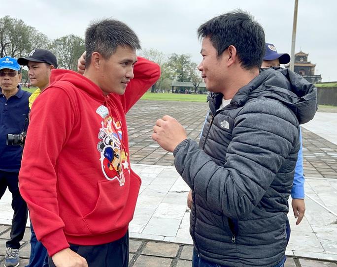 Công Vinh gặp bạn cũ Lê Văn Trương trong ngày truyền cảm hứng bóng đá ở Huế - Ảnh 2.