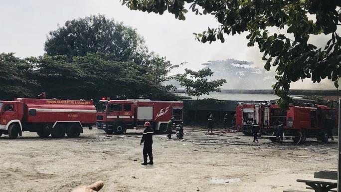 Cháy dữ dội ở quận 9, TP HCM - Ảnh 2.