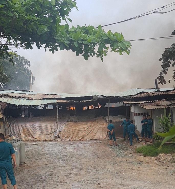 Cháy dữ dội ở quận 9, TP HCM - Ảnh 1.