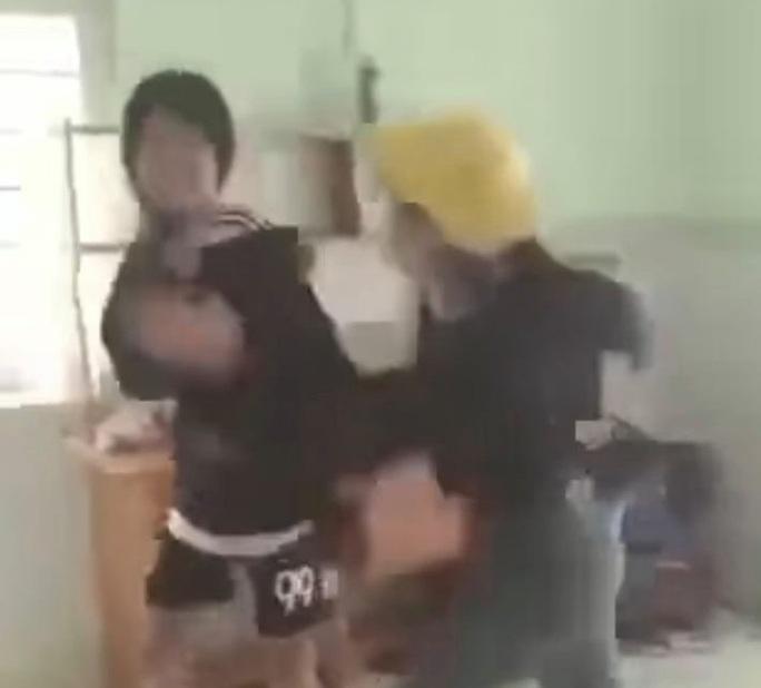 CLIP: Nữ sinh bị đánh đập, bắt quỳ gây xôn xao mạng xã hội - Ảnh 2.