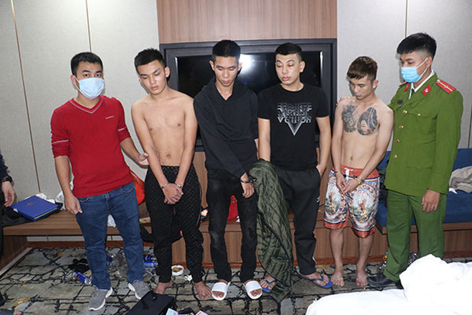"""2 cô gái trẻ và 4 thanh niên thuê phòng khách sạn để mở """"tiệc"""" ma túy - Ảnh 1."""