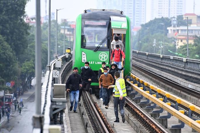 Diễn tập tình huống khẩn cấp trên tuyến đường sắt Cát Linh-Hà Đông - Ảnh 1.