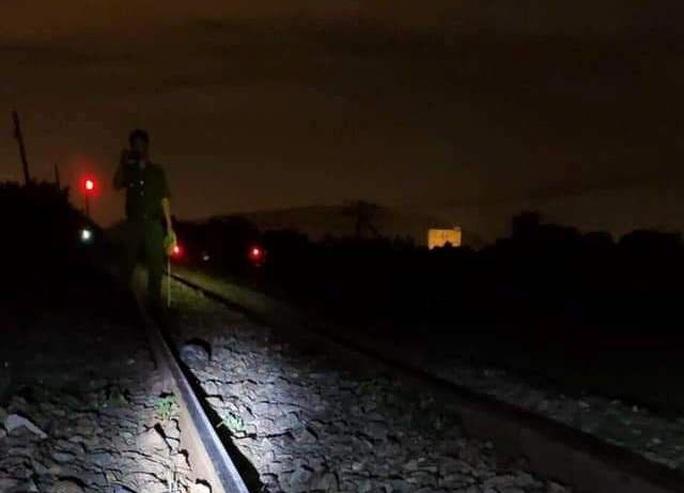 Ngủ trên đường ray, người đàn ông bị tàu lửa tông tử vong - Ảnh 1.