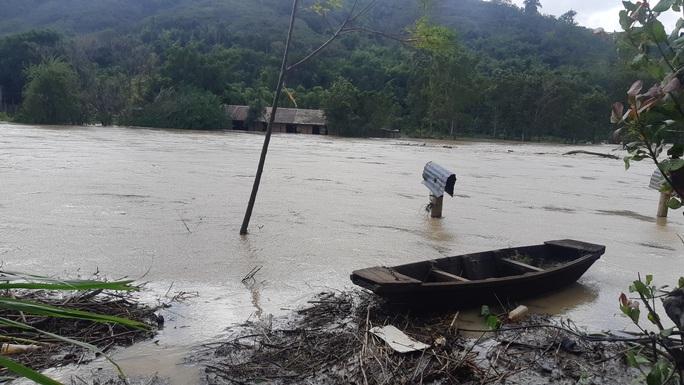 Thủy điện xả lũ, 1 phụ nữ chết đứng nhìn 5 tỉ đồng trôi sông - Ảnh 3.