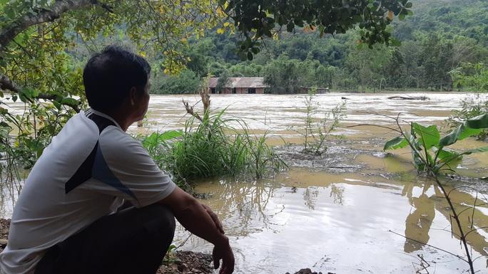 Thủy điện xả lũ, 1 phụ nữ chết đứng nhìn 5 tỉ đồng trôi sông - Ảnh 1.