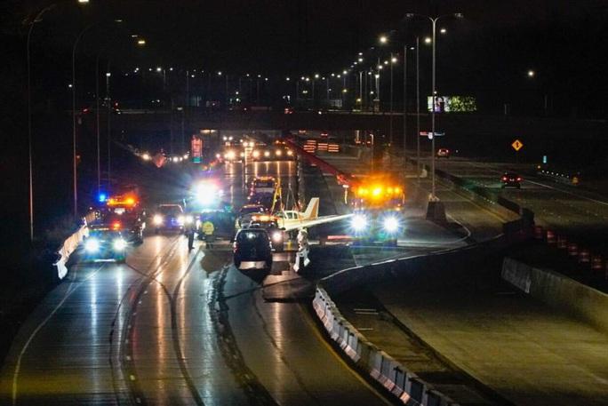 Hạ cánh xuống đường cao tốc, máy bay tông trúng xe hơi - Ảnh 3.