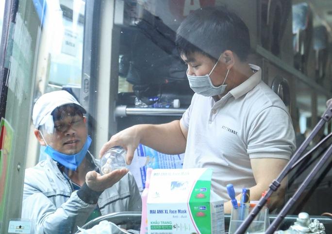 Cận cảnh bến xe khách những ngày siết chặt chống dịch Covid-19 - Ảnh 16.