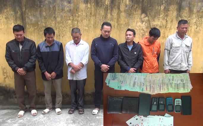 Uống rượu mừng tân gia xong tổ chức đánh bài ăn tiền, 7 người bị bắt - Ảnh 1.