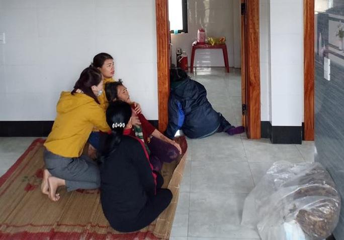 Quảng Bình: Đốt than trong phòng ngủ sưởi ấm,  2 cháu nhỏ tử vong, 2  nguy kịch - Ảnh 1.