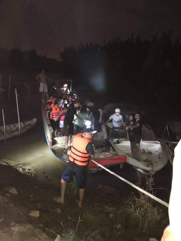 CLIP: Cảnh sát hình sự ngâm mình dưới nước đánh úp sòng bạc của Ba đen - Ảnh 2.