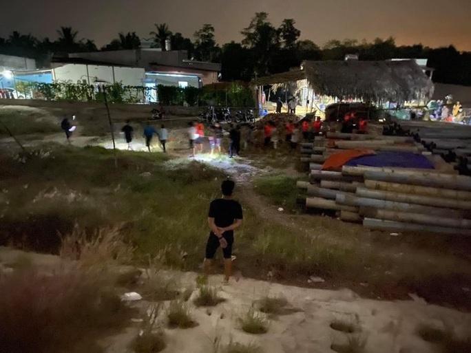 CLIP: Cảnh sát hình sự ngâm mình dưới nước đánh úp sòng bạc của Ba đen - Ảnh 4.