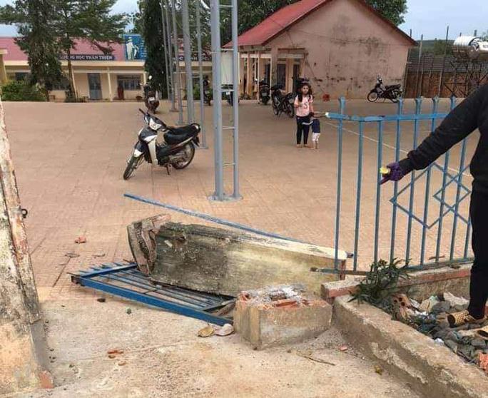Sập cổng trường, 1 học sinh lớp 4 tử vong - Ảnh 2.