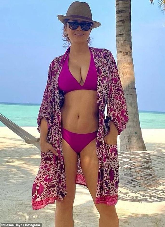 Người đẹp không tuổi Salma Hayek khoe dáng nuột nà với bikini tím mộng mơ - Ảnh 1.