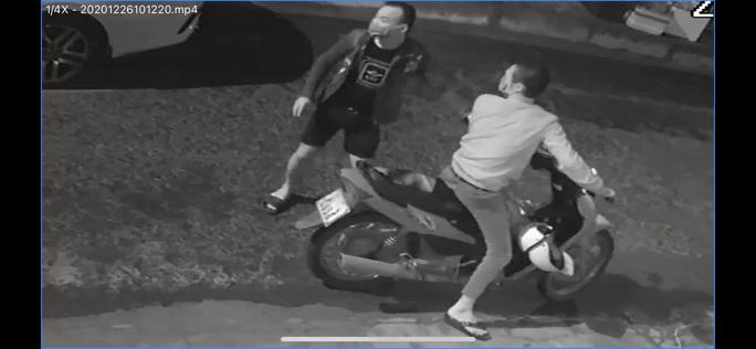 Lộ rõ nhóm người bí ẩn đập phá 12 xe ô tô chỉ trong vòng 2 tuần - Ảnh 1.