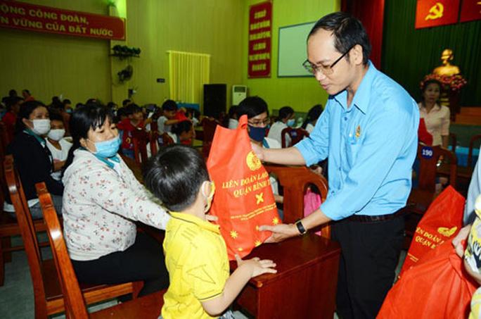 Tổ chức chương trình văn nghệ, tặng quà cho công nhân - Ảnh 1.