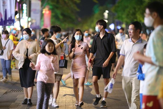 Người dân TP HCM đổ về phố đi bộ Nguyễn Huệ chào đón năm mới 2021 - Ảnh 1.