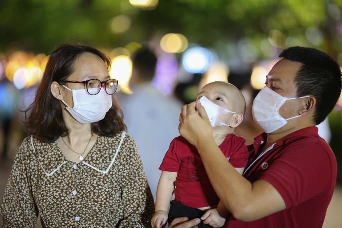 Người dân TP HCM đổ về phố đi bộ Nguyễn Huệ chào đón năm mới 2021 - Ảnh 7.