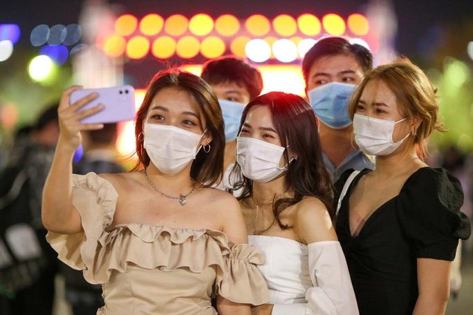Người dân TP HCM đổ về phố đi bộ Nguyễn Huệ chào đón năm mới 2021 - Ảnh 4.