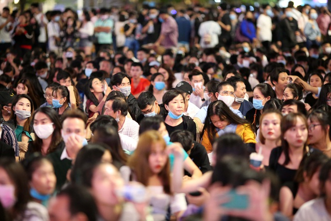 Người dân TP HCM đổ về phố đi bộ Nguyễn Huệ chào đón năm mới 2021 - Ảnh 9.
